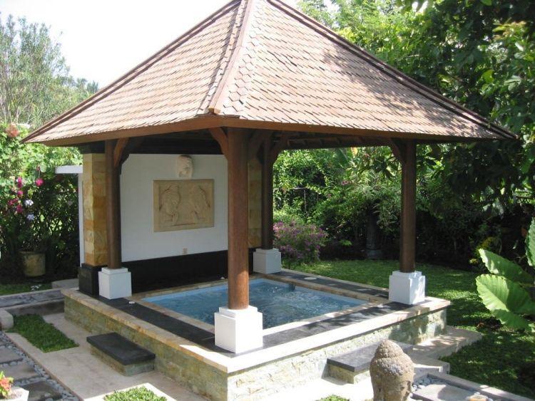 feste konstruktion mit berdachung bietet entspannte momente im whirlpool schwimmb der. Black Bedroom Furniture Sets. Home Design Ideas