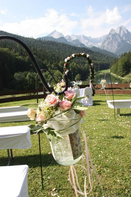 Gartenstecker Mit Blumen Gefullten Glasern Fur Eine Hochzeit Im
