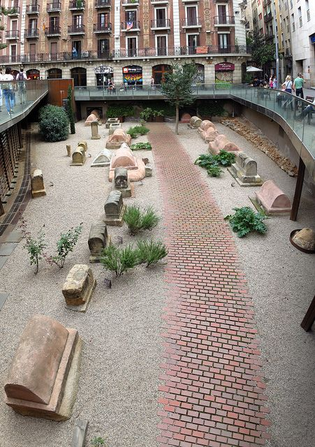 Vía sepulcral romana de la plaza de la Villa de Madrid (Barcelona).