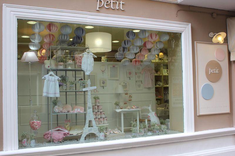 Escaparate petit sevilla dise o pinterest baby shop visual merchandising y boutique - Muebles bebe sevilla ...