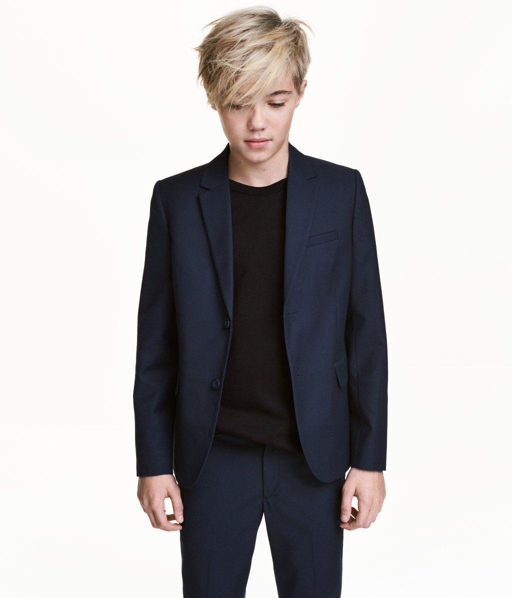 Mørkeblå. Klassisk jakke i vævet kvalitet med indvævet uld. Har en brystlomme og forlommer med klap. Dekorativ knaplukning ved håndleddene og slids bagpå.