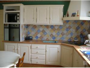 Repeindre des meubles de cuisine rustique en bois