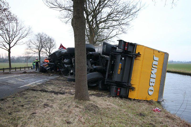 Vrachtwagen gekanteld bij Donkerbroek