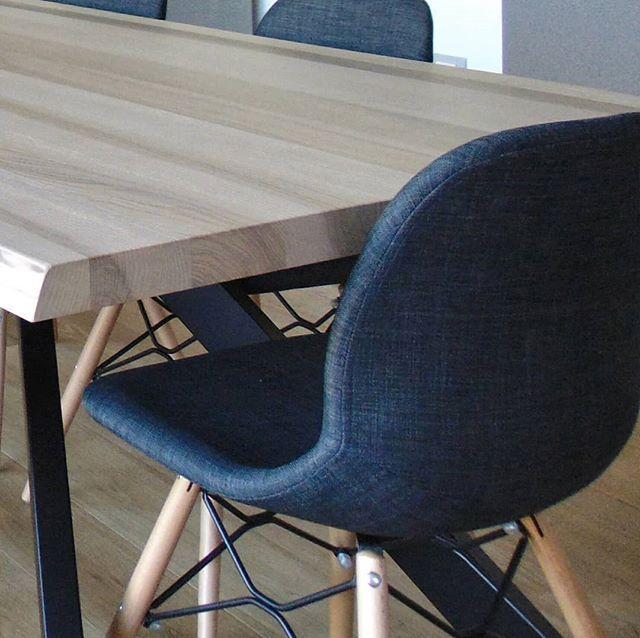 Soggiorno con tavolo in legno massello per pranzo divano a ...