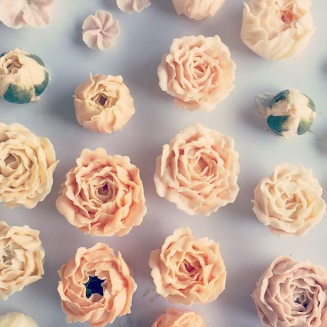 즐거운 금요일 😍 . . #buttercreamcake #buttercreamflowercake #flowercupcake #koreanstylecake #ollicake #olliclass #olligram #blossom #bouquet #wreath #weddingcake #partycake #carrotcake #버터크림플라워케이크 #플라워케익 #꽃케익 #올리케이크 #올리클래스 #당근케이크 #올리특제당근시트 #케익스타그램 #꽃스타그램 #인덕원 #동편마을 #동편마을케이크 #since2008 #불금 #작업중  www.ollicake.com ollicake@naver.com