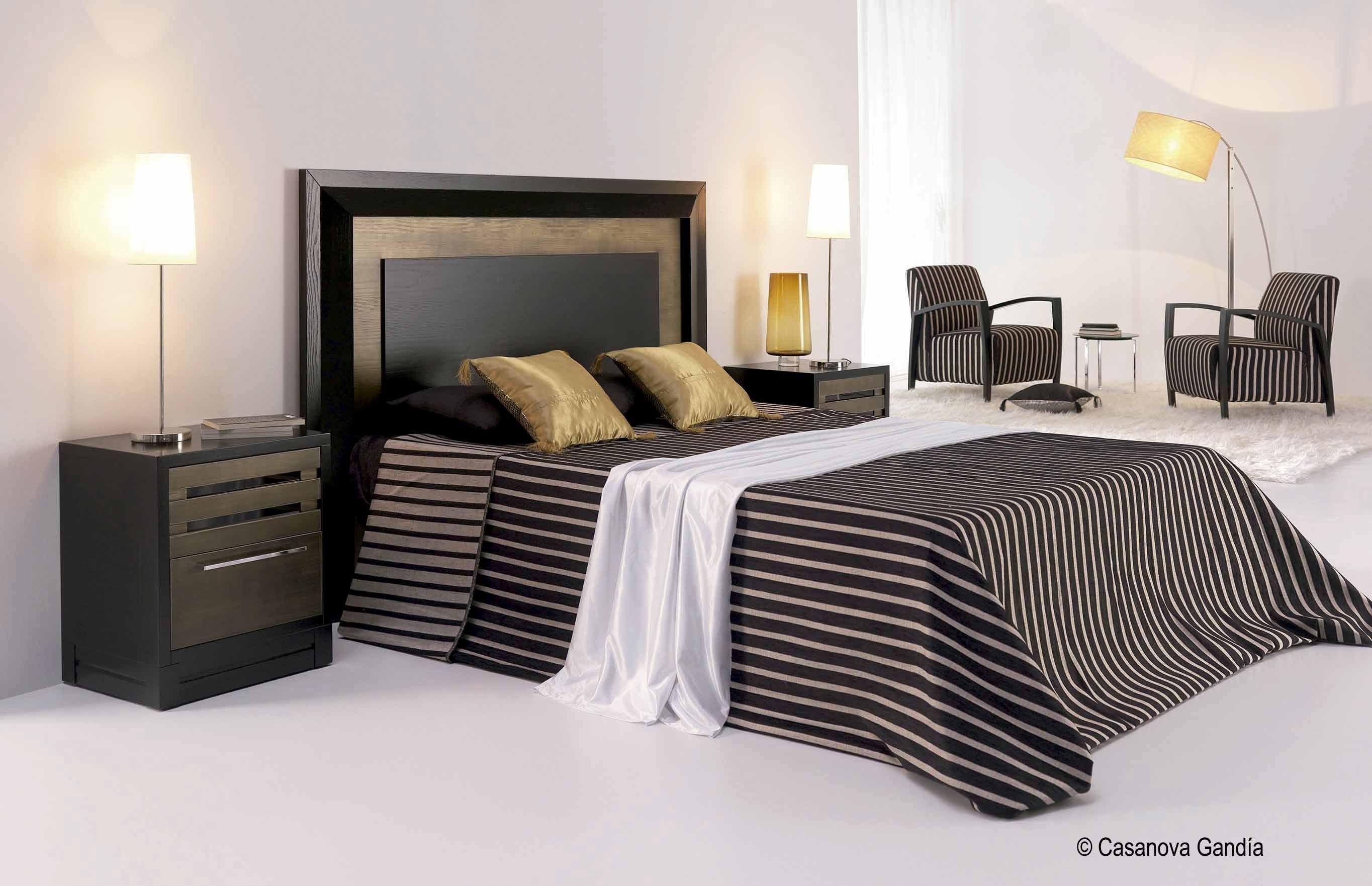 Dormitorio con reflejos dorados for Dormitorios dorados