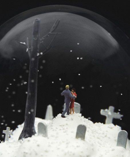 一見メルヘンだがよく見ると意味深なスノーグローブのアート - GIGAZINE
