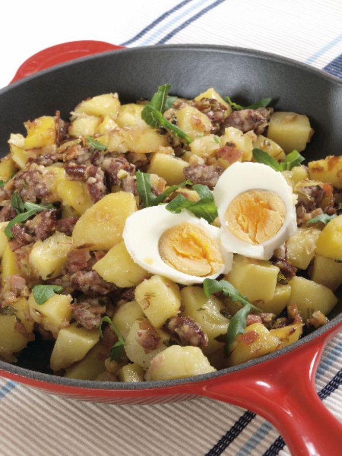 SOE PANNISALAT 500–600 g keedetud kartuleid 200 g meelepäraseid grillvorste 1–2 sibulat 100–150 g suitsupeekonit värsket peterselli või muud maitserohelist 2 keedetud muna  Kaste: 2 tl suhkrut 1 tl köömneid 0,5 dl õunaäädikat