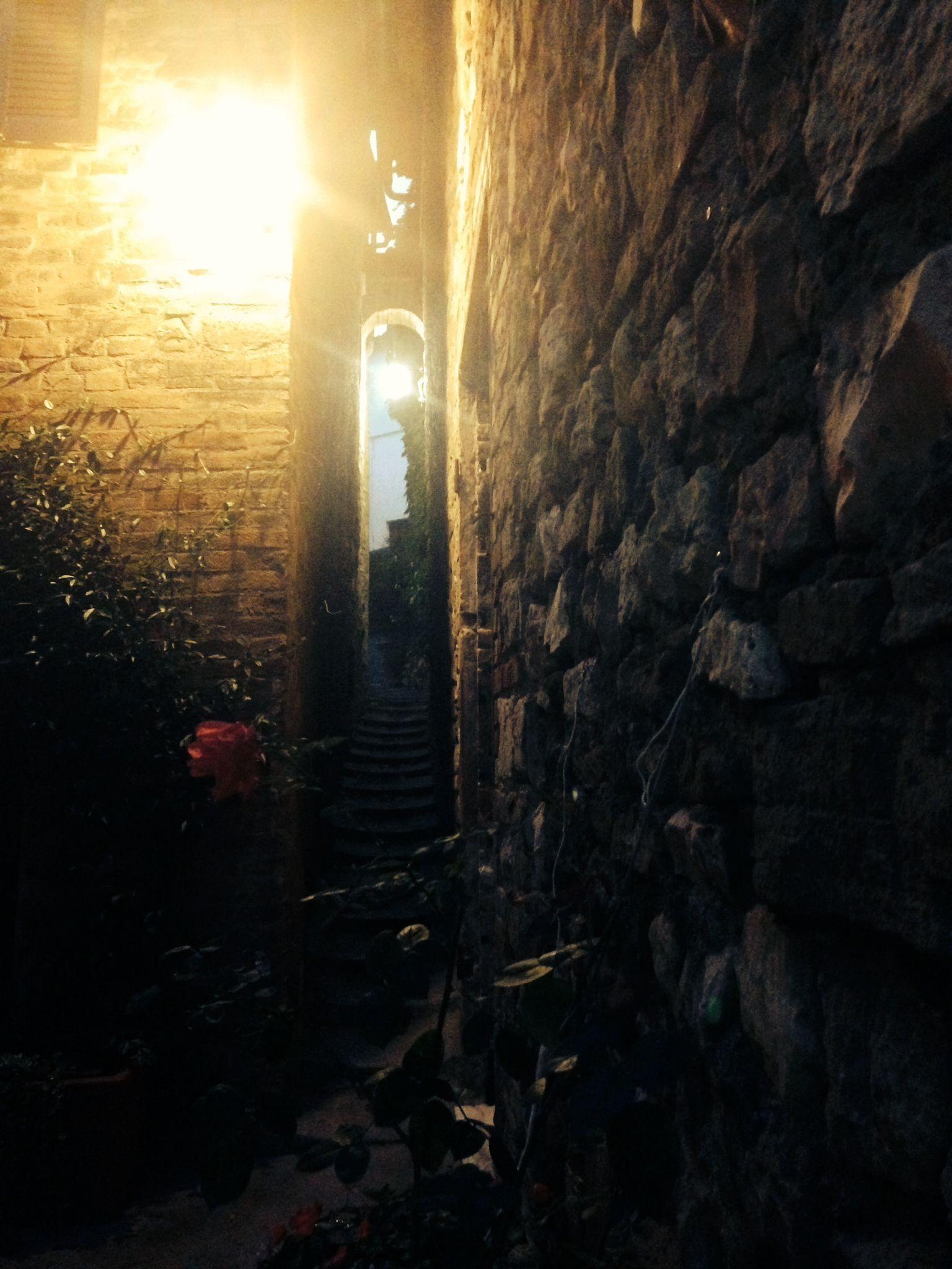 un vicolo, stretto, a #Bevagna, dove insinuarsi e baciarsi #Umbria #Italia, #kissinumbria