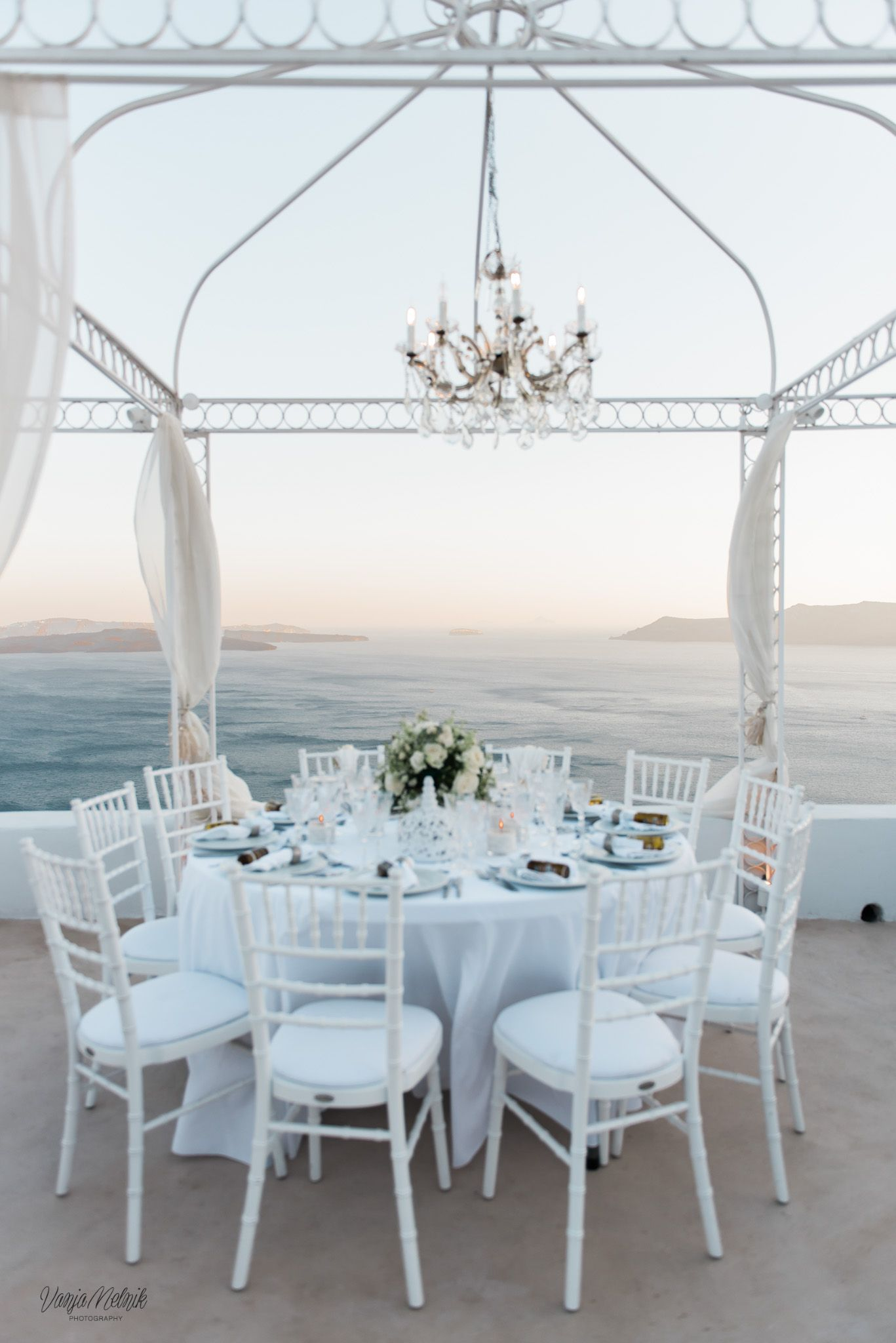 Table plan table design white classic flowers caldera view the diamond rock weddings is based in santorini specialists on events wedding events in santorini island greeceding event planning company in mightylinksfo