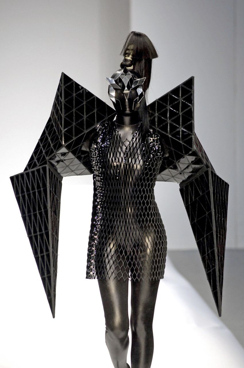 Gareth Pugh. Not your mama's couture. Couldn't wear this to your kid's piano recital. Can't see it in the grocery store. Definitely not in the local WalMart. OK, so extreme fashion on the runway has a place in the fashion world and pushes fashion forward. Where on earth (or in space) is this pushing us?