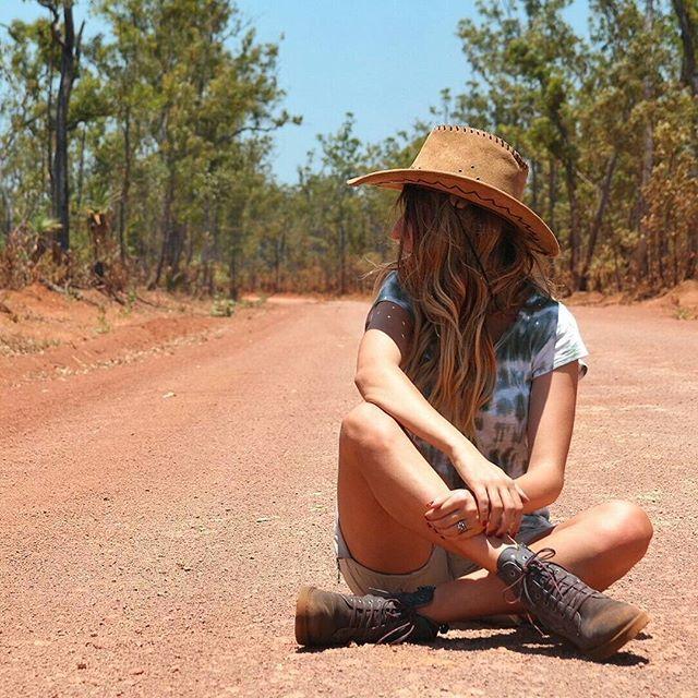 Le strade dell'outback australiano sono particolari, magiche, non sai mai cosa aspettarti. Cambiano, si trasformano e si colorano. Diventano bianche e polverose, di sabbia, poi larghe, di terra rossa, poi sembra di immergersi in una sorta di giungla. Un mondo perduto, qui, potrei prendere spunti per racconti di storie, imprevisti e magia. #australialandroverexperience2015 #ntaustralia #nx30 @landroveritalia @ausoutbacknt #let2015 #topendnt