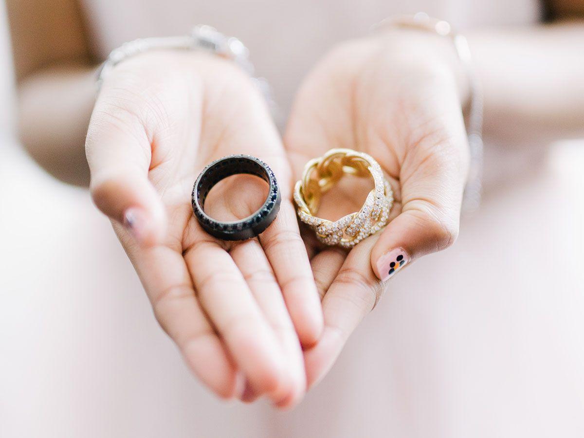 jika anda dan pasangan anda menginginkan model cincin pernikahan tradisional atau non tradisional yang unik - Where Does The Wedding Ring Go