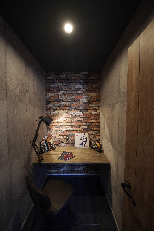 籠り感のある隠し部屋は コンクリート調 レンガ調壁紙で男前スタイル