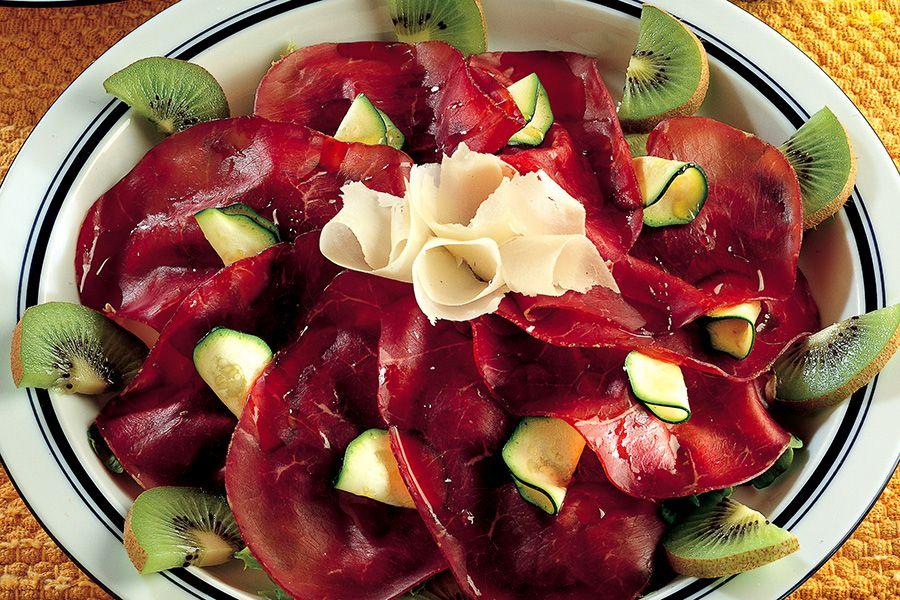 Bresaola con grana zucchine crude e kiwi ricette