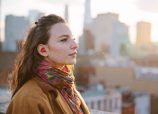"""Um aparelho eletrônico que parece um ponto no ouvido promete revolucionar para sempre todas as relações entre falantes de diferentes idiomas. Segundo os criadores do """"The Pilot"""", o produto traduz as conversas em tempo real."""