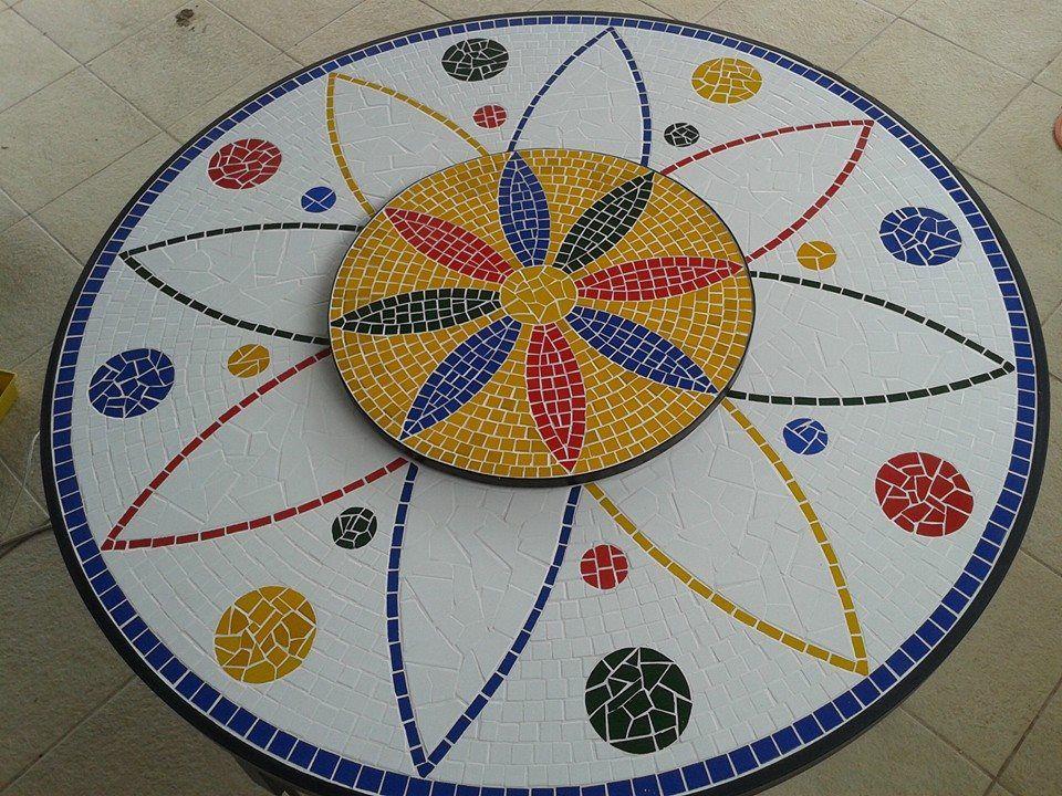 Mesa em cerâmica com tampo giratório Dimensões: 1,60m de diâmetro e tampo giratório com 0,70m de diâmetro