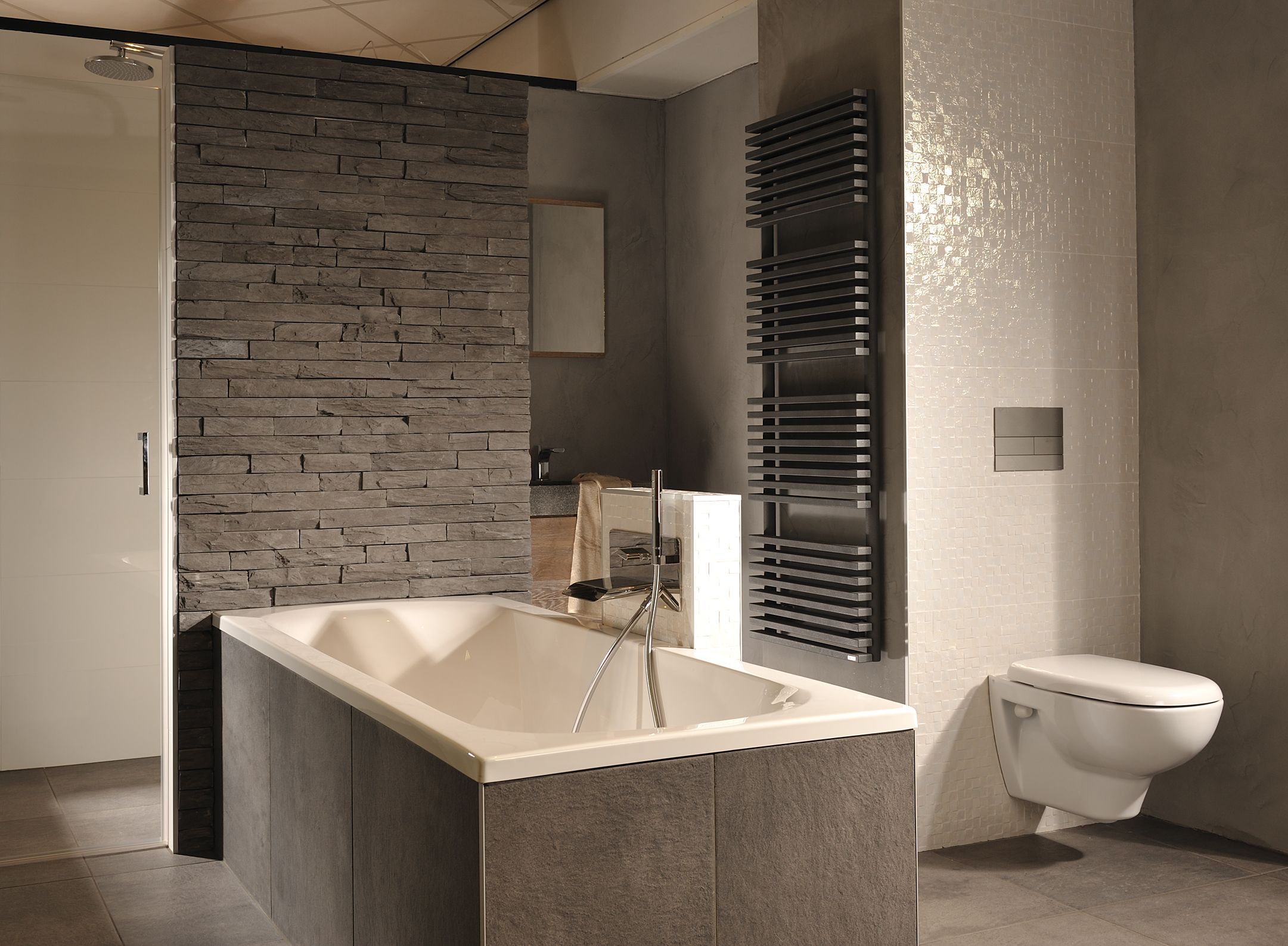 Wandgestaltung im Badezimmer. Ein natürlicher Blickfang ...