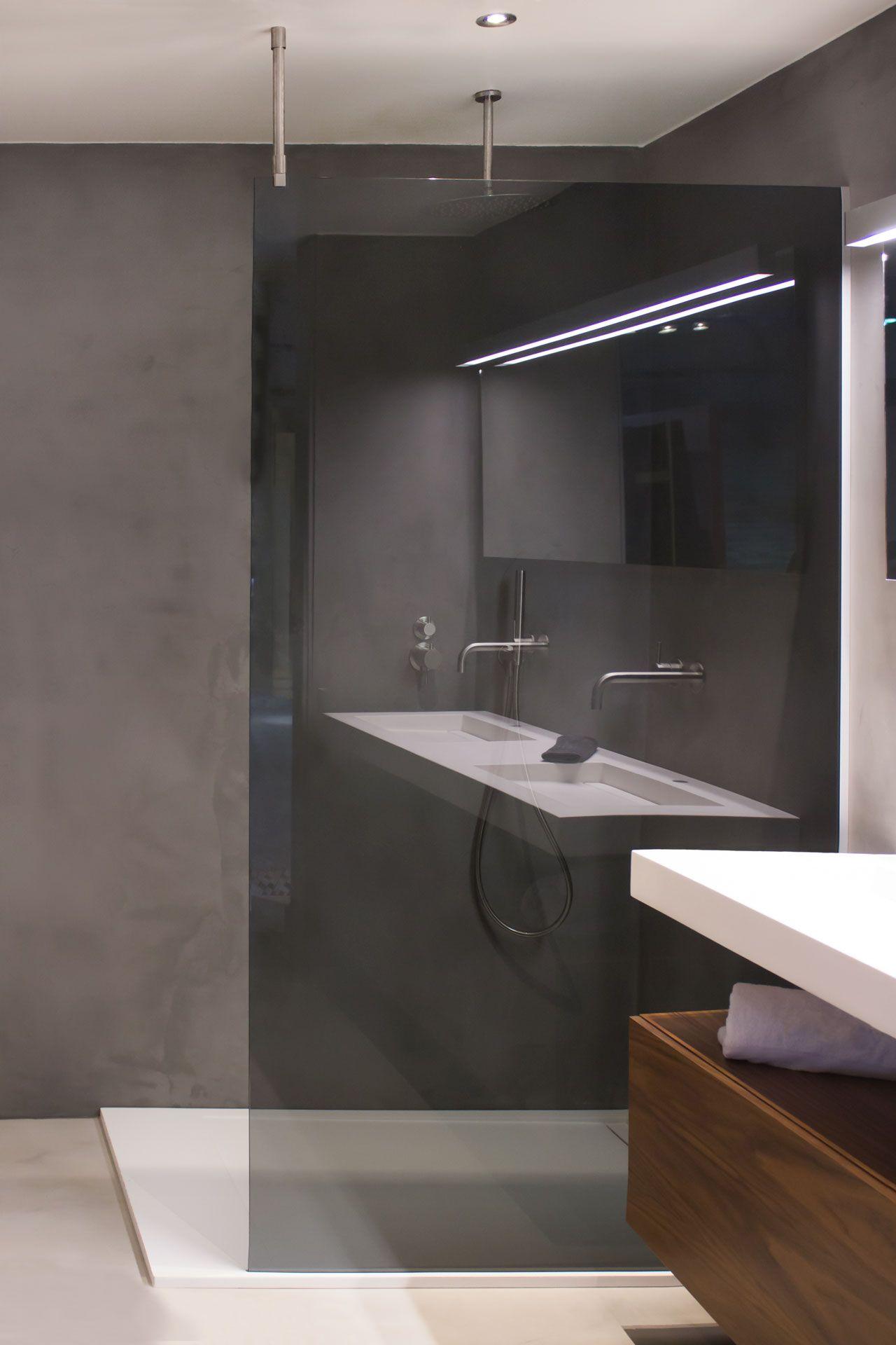 Antraciet glazen douchewand met rvs plafondsteun badkamerstudio