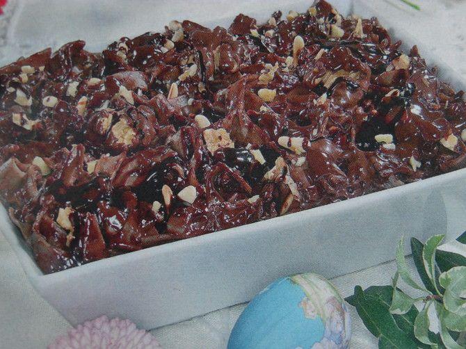 Le tagliatelle al cioccolato con pinoli e noci è una ricetta veloce dal sapore insolito ma molto gradevole, si prepara con normale pasta di semola e il fatidico cioccolato avanzato e vi farà sorprendere grandi e piccini.