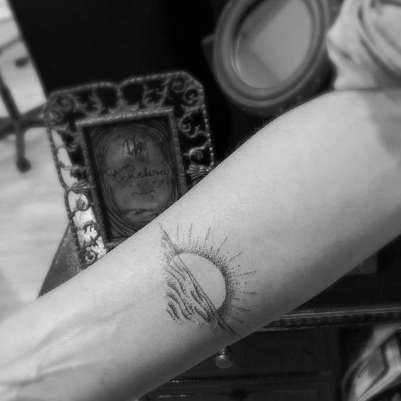 con mucho amor de su mami . Ona Marina y Alba tres hijas como soles / To my daughters Ona Marina and Alba #wave #sea #sunrise #sea #daughters #barcelona #bcn #barcelonatattoo#blacktattoo #blackline #blackandgreytattoo#darkartists #granollers #ink #inkstatattoo #inked#blxckink #montseny #cardedeu #santceloni #tattoo#girona#santceloni#tattooartist#tattoobarcelona #balamachines #blackworkers#blacktattooart #tatts#instatattoos