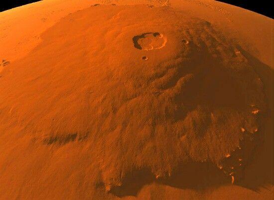 Hasta ahora, la montaña más alta descubierta en nuestro Sistema Solar, Olympus Mons se encuentra 24 km sobre una llanura lisa en el planeta Marte.Aproximadamente tres veces más alto que el Monte Everest, Monte Olimpo fue descubierto por la sonda espacial estadounidense, el Mariner 9, en 1971 cuando envió las imágenes de cuatro inmensas montañas volcánicas.El más alto de estos volcanes en escudo, Mons Olympus, empequeñece la más grande de estas características en la Tierra, el Mauna Kea.La…