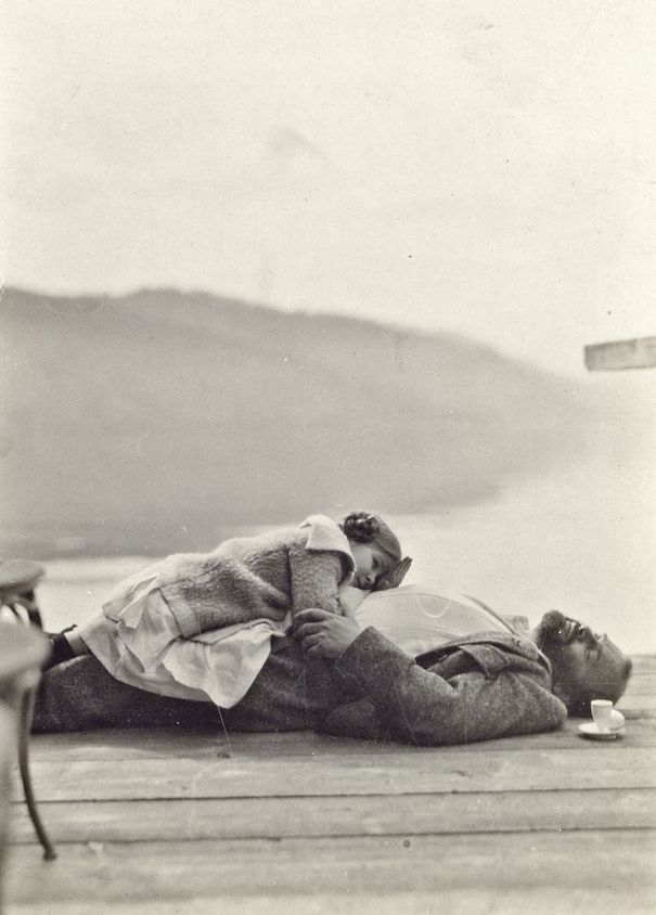 Gustav Klimt and the five‑year old niece of Emilie Flöge, Gertrude, on the landing stage of Villa Paulick in Seewalchen on Lake Attersee, Easter 1912 © private collection (via: herito.pl)