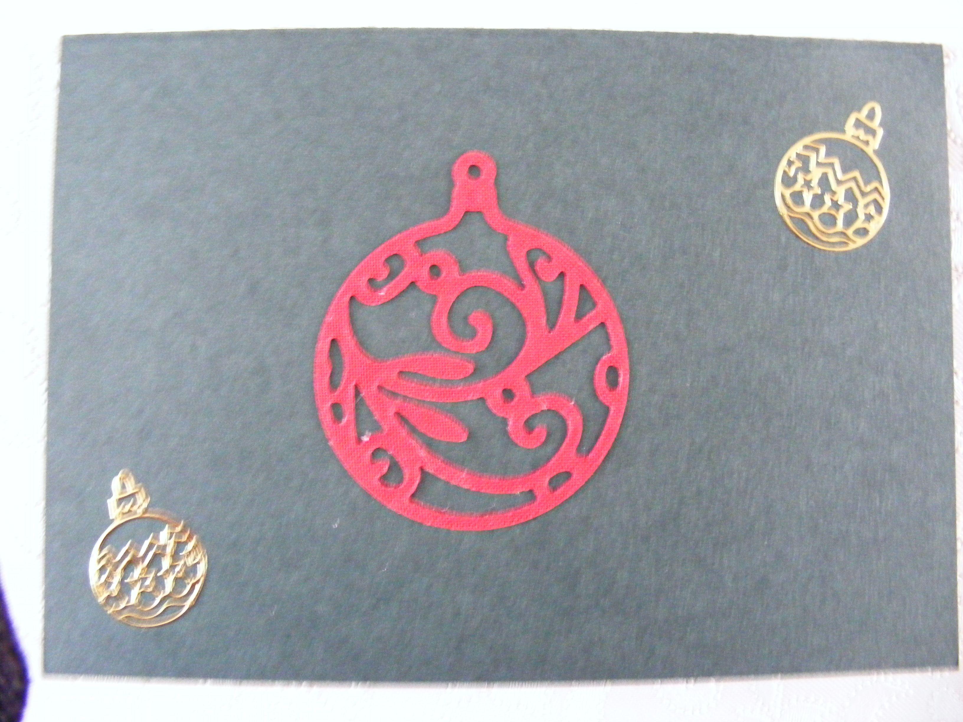 voorkant dubbele groene kaart met stans(rode kerstbal) en stickers