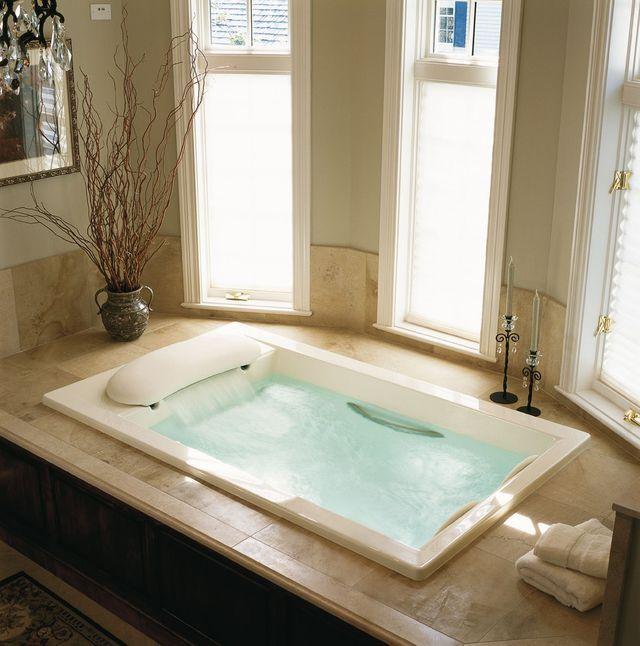 Une baignoire baln�o aux multiples fonctions : massages, bains � remous...