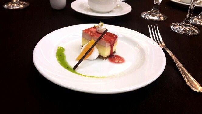 필라델피아산 치즈를 부드럽게 한 딸기 치즈케잌과 키위소스