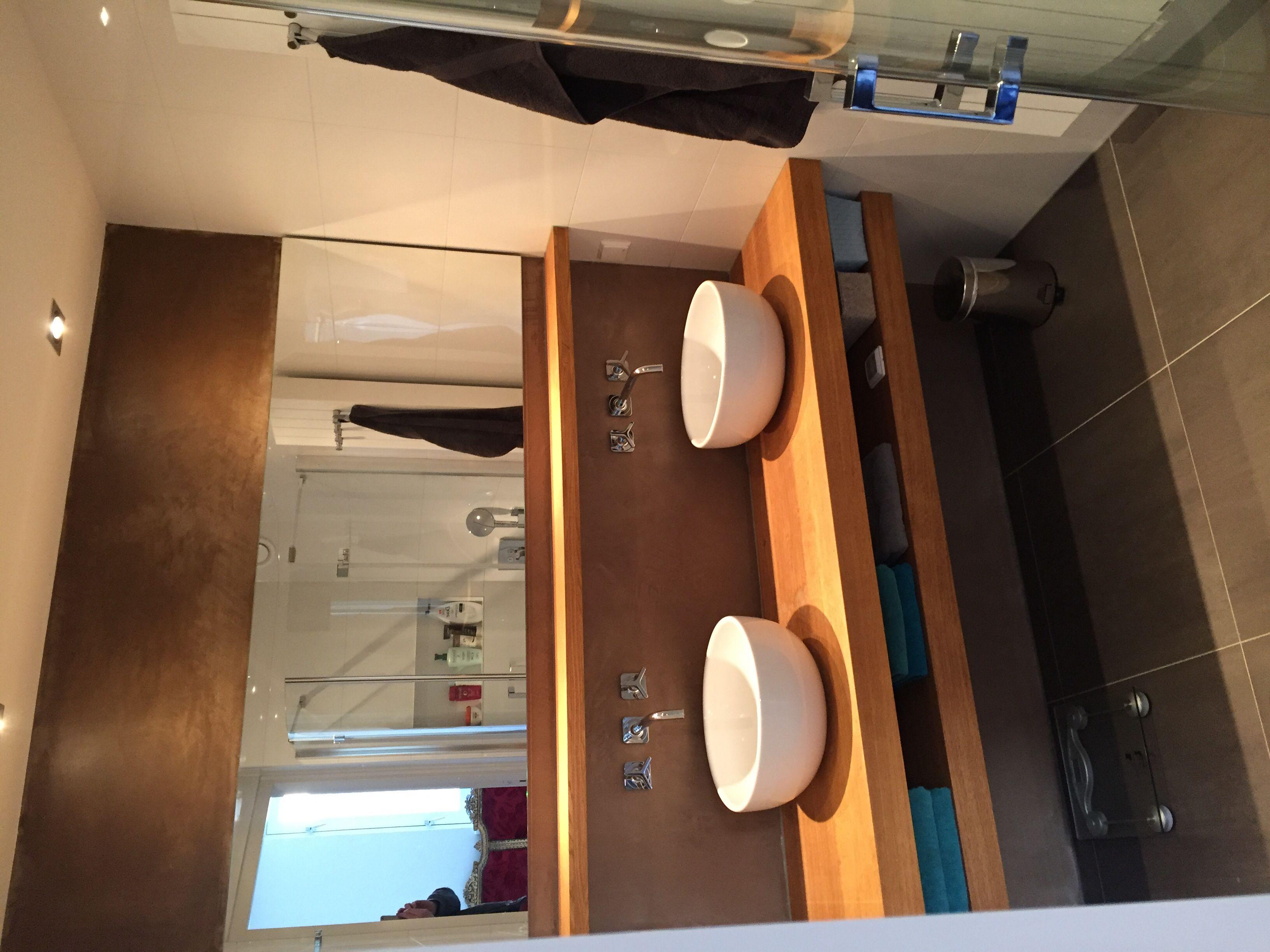 badkamer wand afgewerkt met een bruine kleur van mortex color