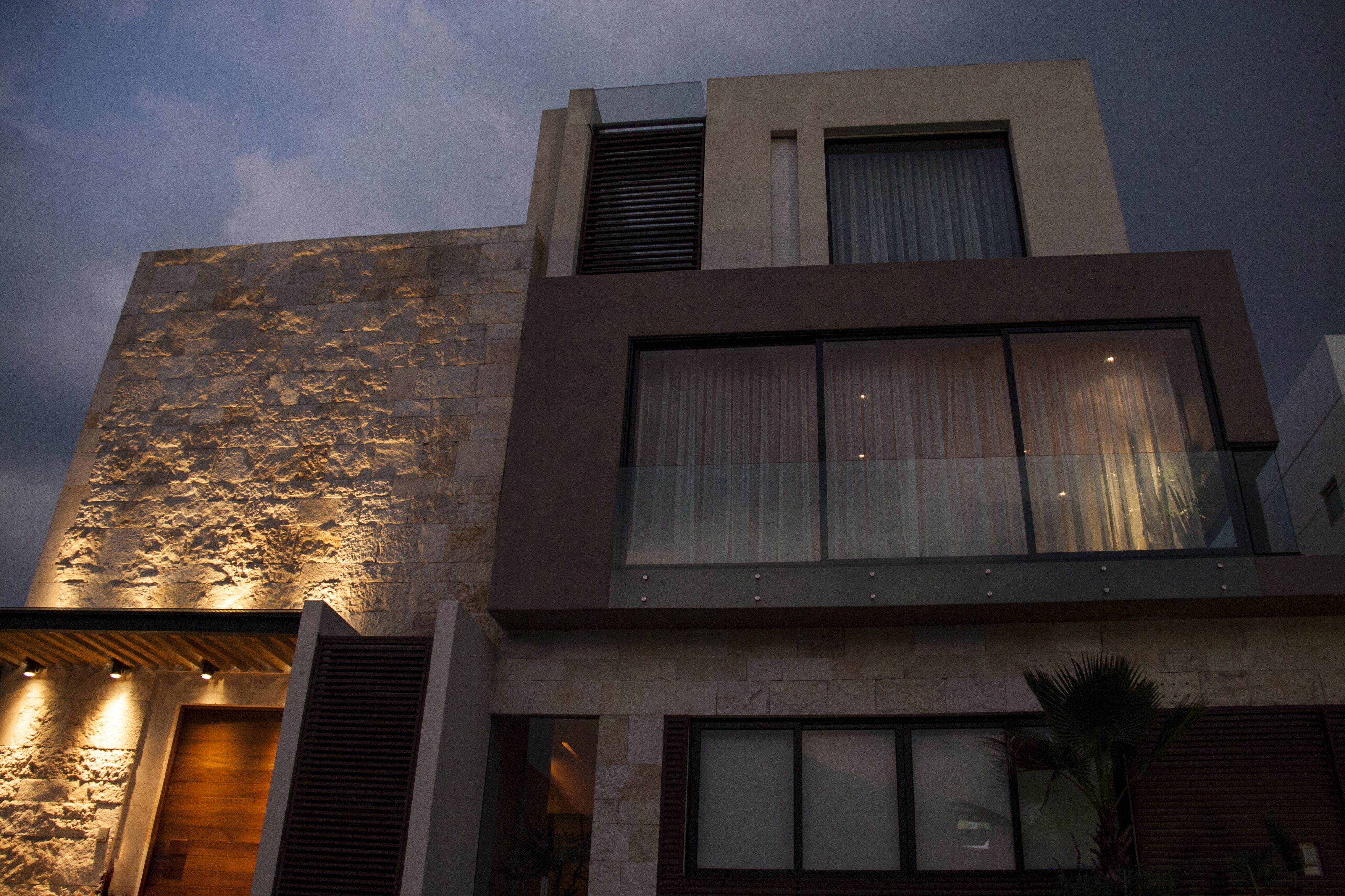 Casa ss fachada muros de piedra iluminaci n - Casa de iluminacion ...