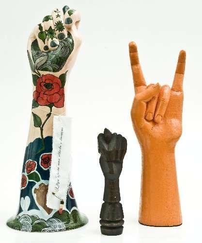 Escultura Libra, figa de madeira e mão de madeira