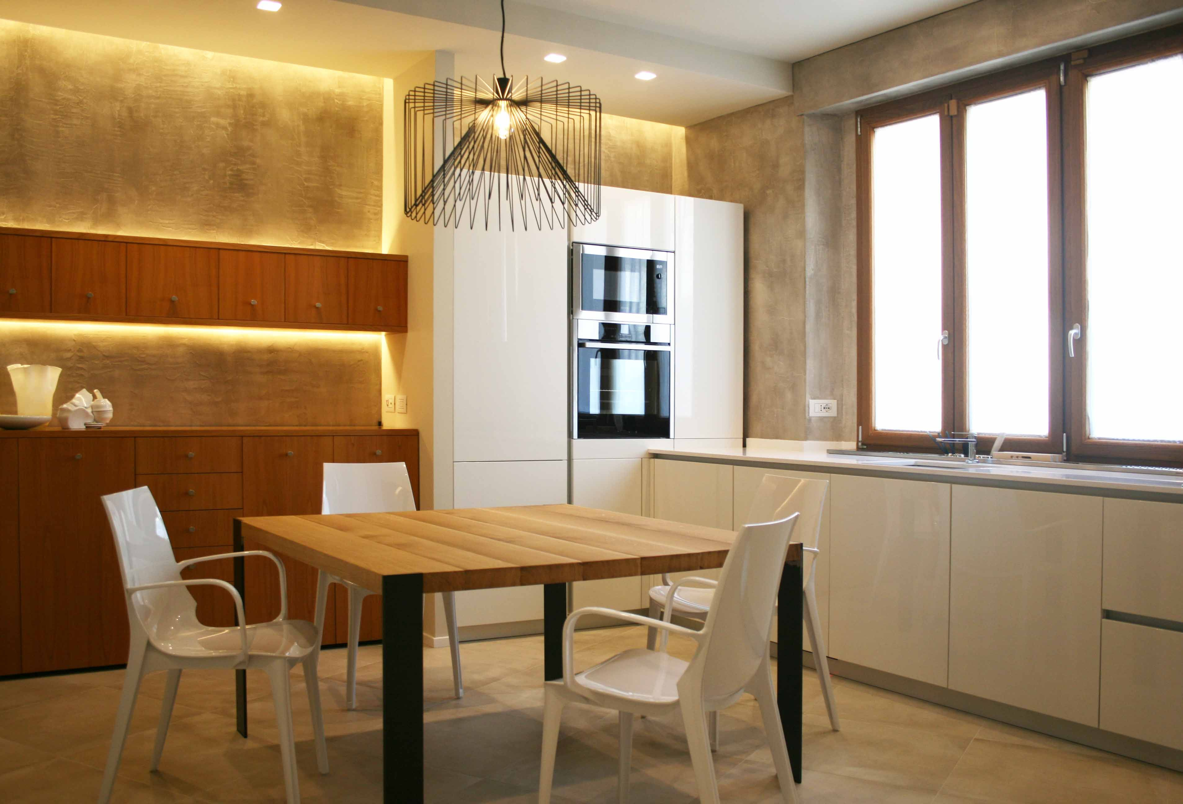 Cucina in #legno_laccato_bianco_ lucido, con pareti in #resina e ...