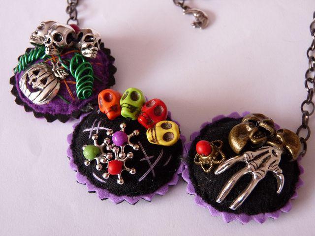 Detalle Recuerda Colgante con calabaza, calaveras y mano esqueleto especial Halloween. | Flickr: Intercambio de fotos