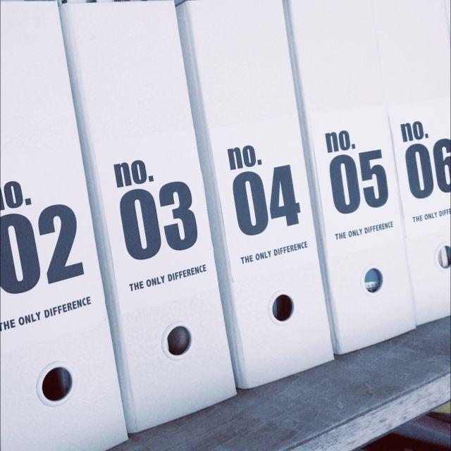 3LDK、家族住まいのsoramado/収納/セリア/ニトリ/ラベル/ファイルボックス…などについてのインテリア実例を紹介。「キッチン横の黒板扉の中はパントリー兼のリビング収納です。食材のストックから日々使う物の多くが入ってます。ニトリのファイルボックスにセリアのラベル貼ったらイイ感じ♪」(この写真は 2016-01-26 15:51:11 に共有されました)