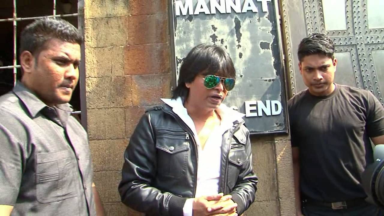 Shahrukh khan celebrates 50th birthday with fans outside