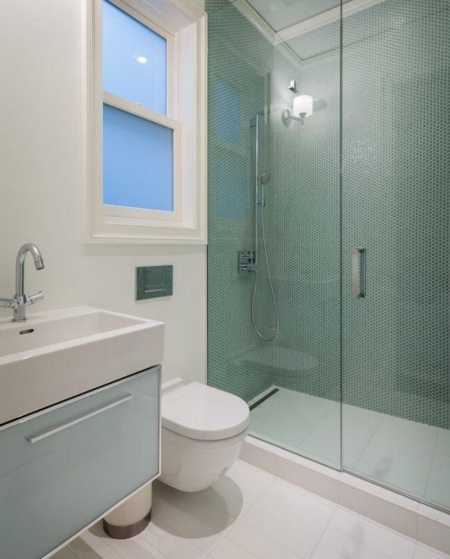 Kleines Badezimmer Dusche Glastuer Gruene Fliesen Punktenmuster Badezimmer Kleines Badezimmer Badgestaltung