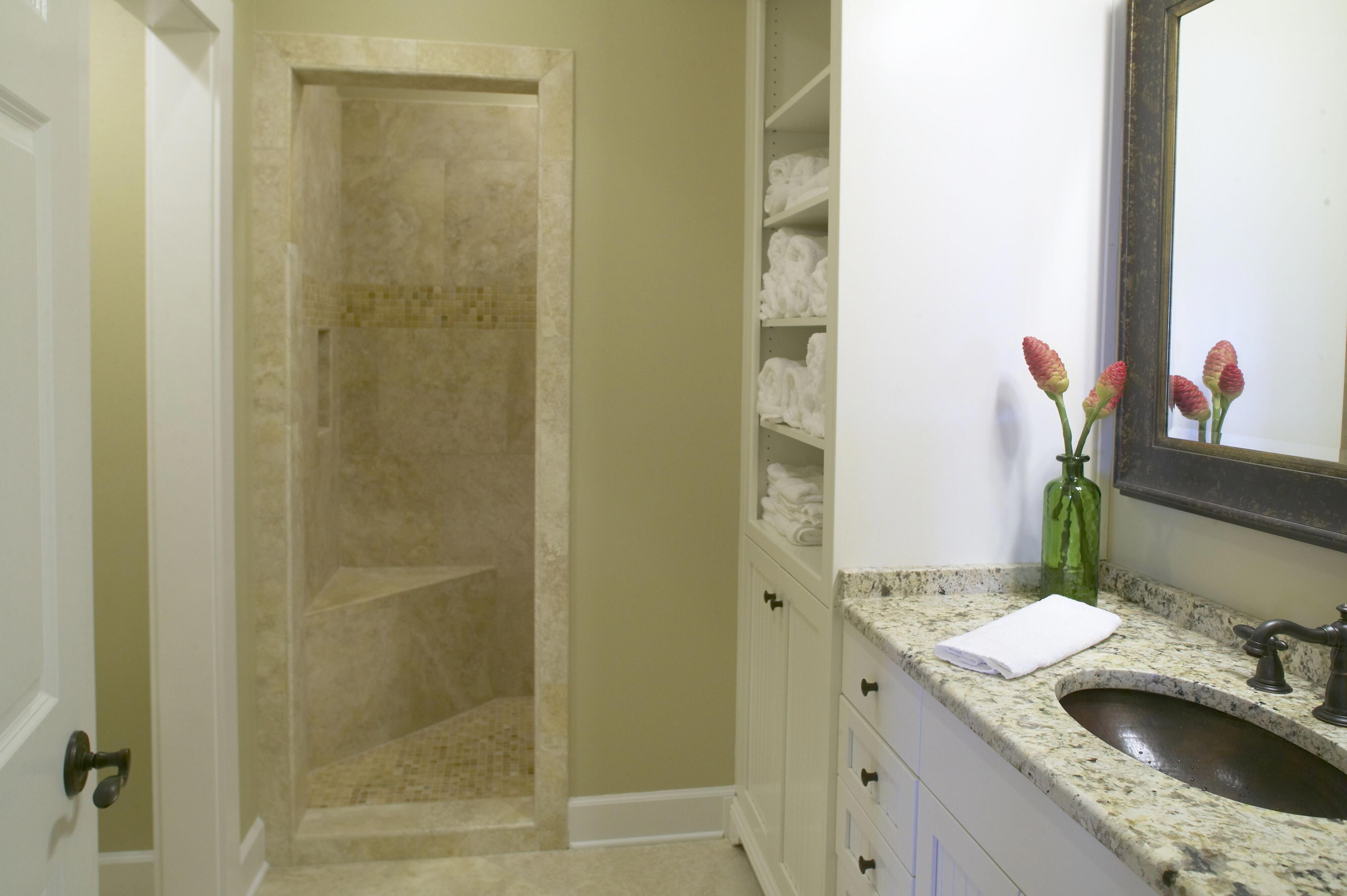 Simple Bathroom Decor With Low Cost Bath Linens Storage ...