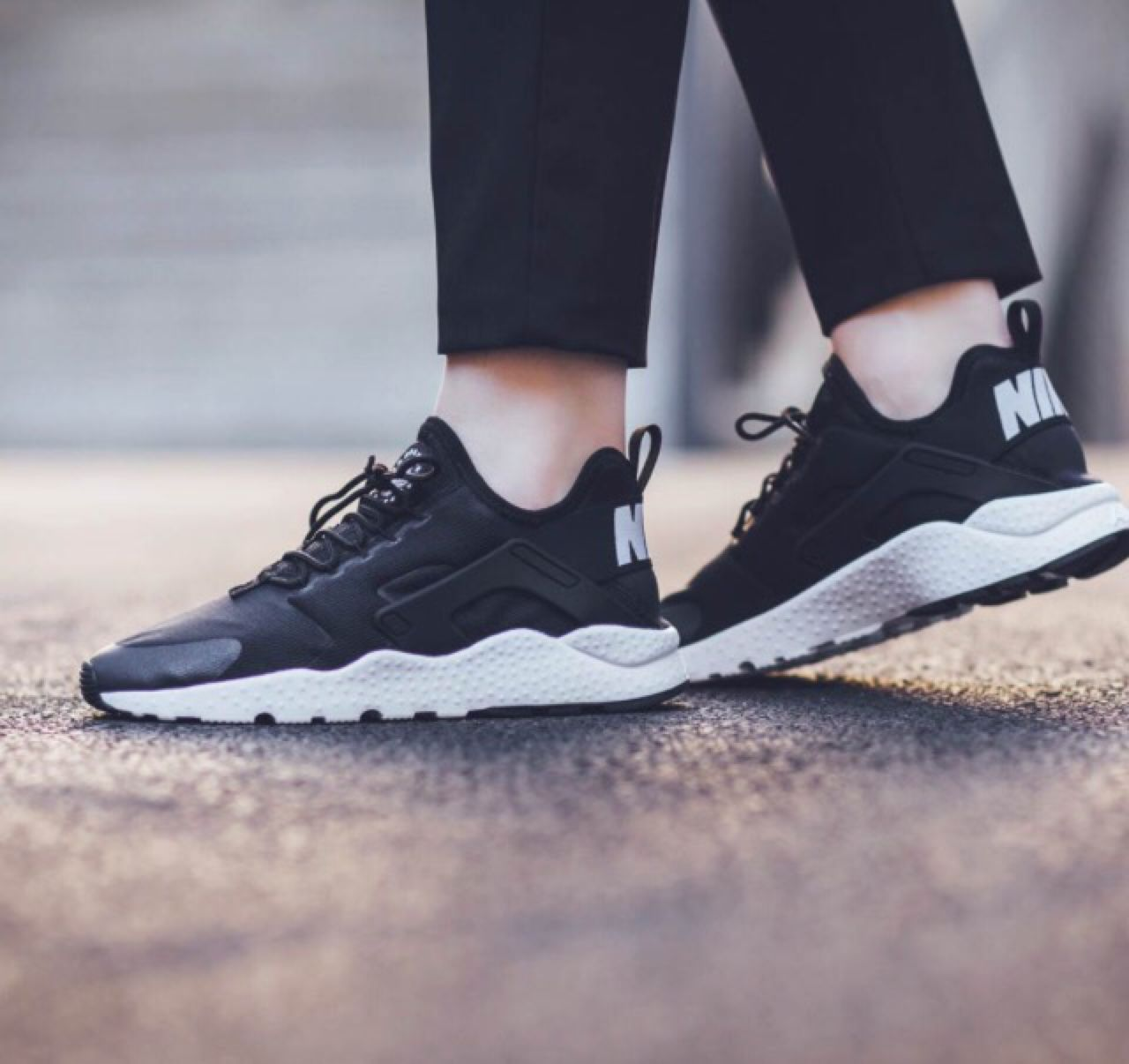 black and white nike huaraches womens