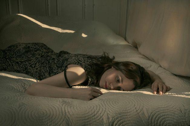 """Série """"Another November"""" retrata emoções de mulheres após terminarem um relacionamento."""