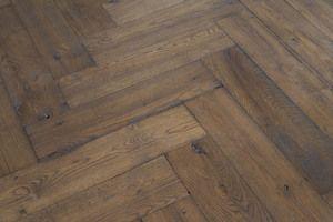 Deze brede visgraat vloer past in ieder interieur landelijk of