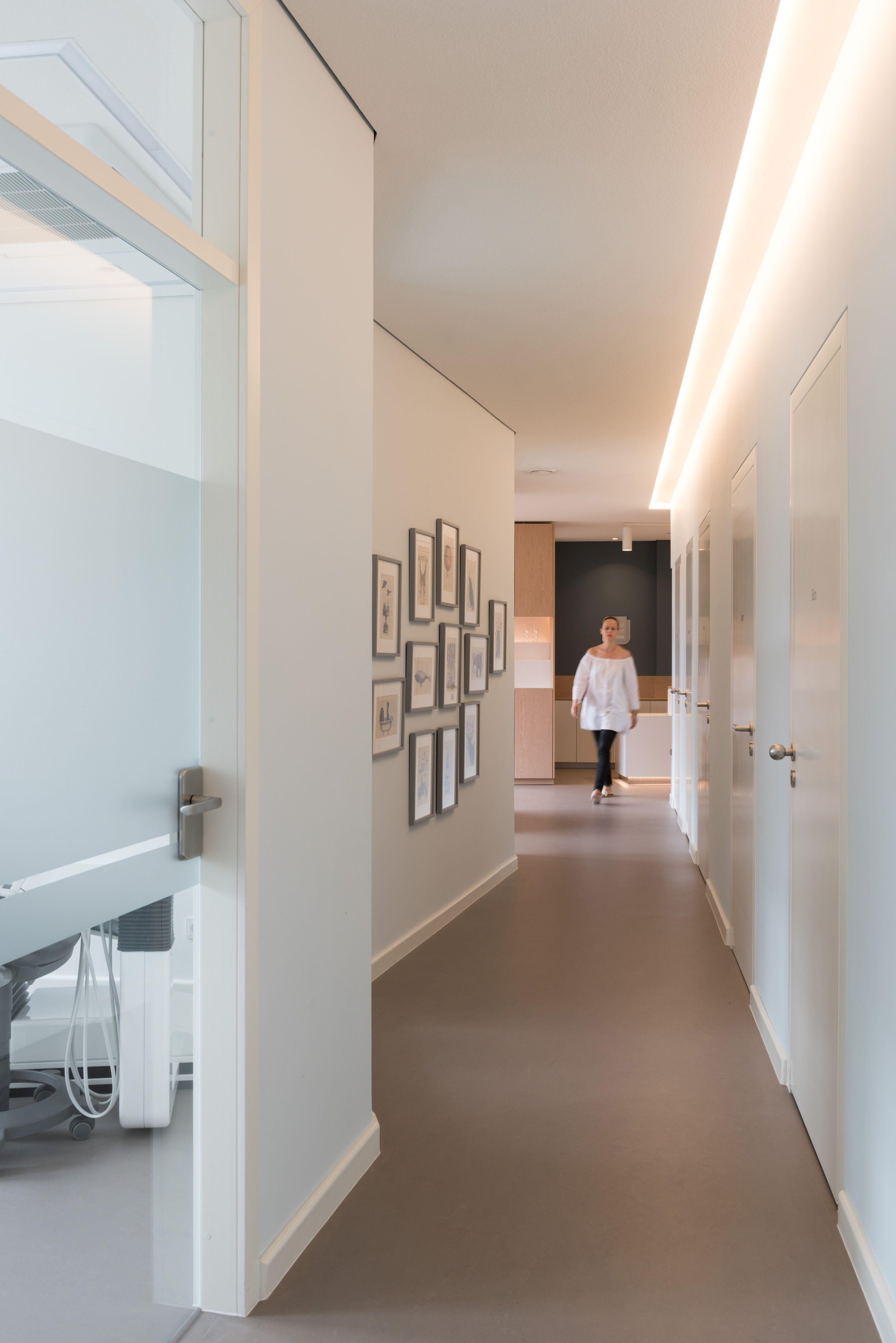 Zahnarztpraxis berlin by fl for Leuchten flur decke