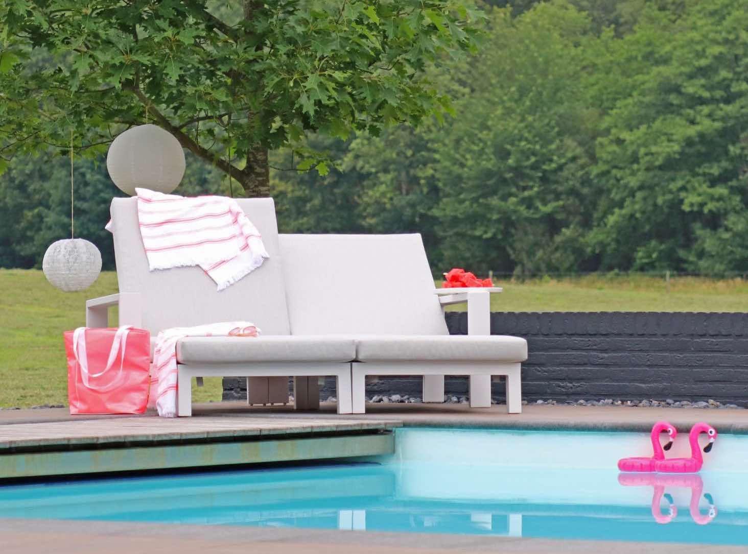 Ibiza style garden backyards loungen met z n twee aan het zwembad