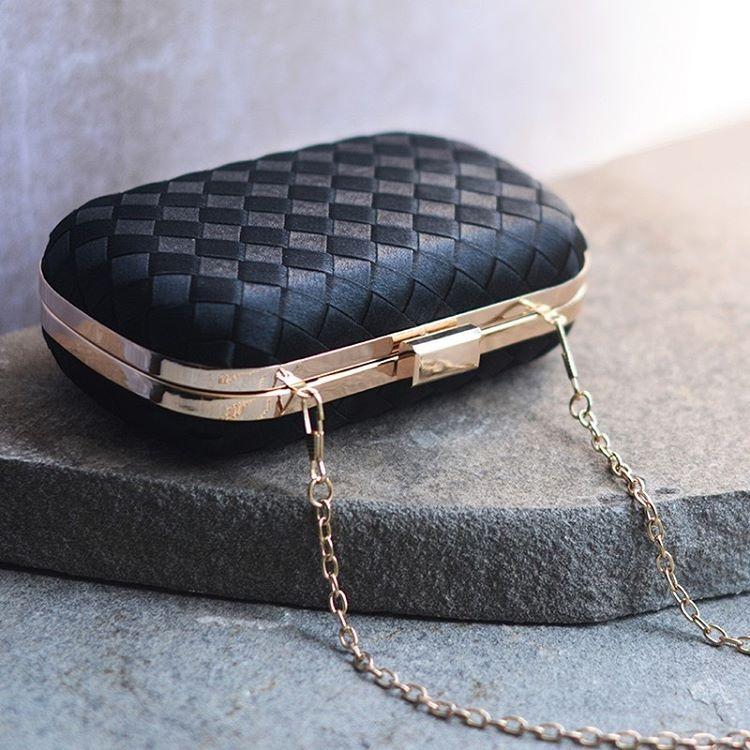 Práticas e lindas, as clutchs em tassel adicionam sofisticação ao look. Encontre on-line: 539073511 #renner #clutch #tassel