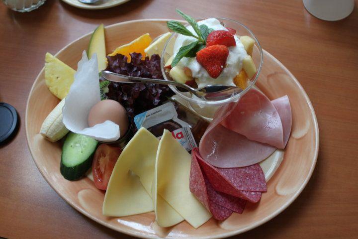 Ein schöner Frühstücksteller mit Allerlei in der Mitte des Tisches macht Appetit...