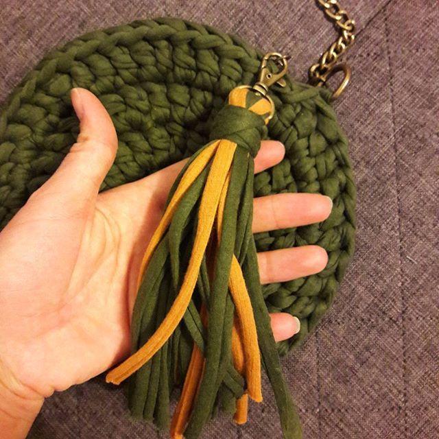 Еще один оливково-горчичный кругляш спешит стать подарком для художницы.