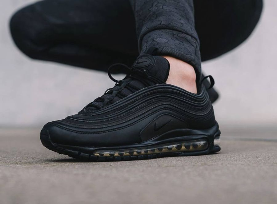 4238fb15e55 Un gros plan en images sur la Nike Air Max 97 Premium Se  Black Gold ...