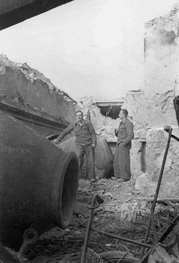 1937, Marzo. Los brigadistas austriacos Josef Gradl y Egon Suess en un edificio bombardeado después de los combates en Guadalajara.