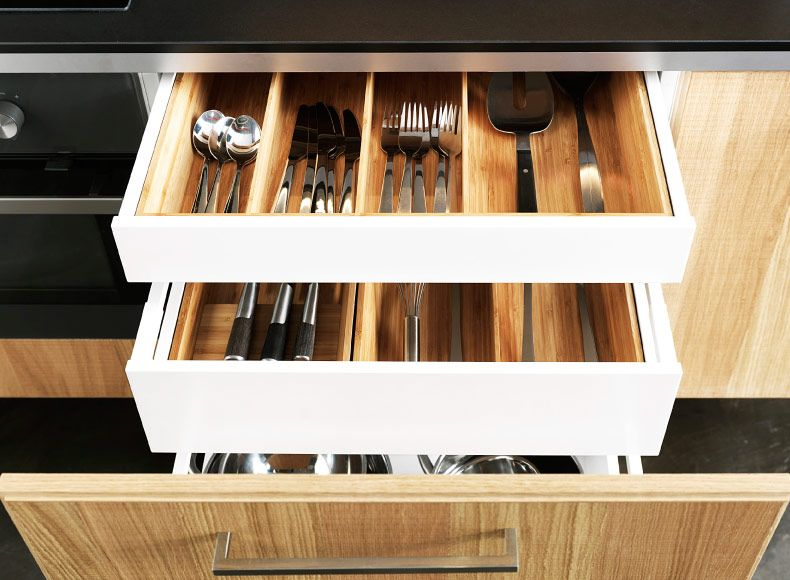 tiroir ouvert avec organiseurs int rieurs en bambou garnis d 39 ustensiles de cuisine et de. Black Bedroom Furniture Sets. Home Design Ideas